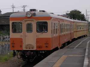 阿字ヶ浦花火大会輸送のため2連で運行されるキハ205(国鉄色)+キハ2004(準急色)