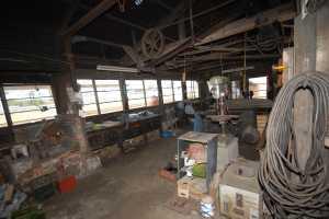 石岡機関区の機関庫内の作業場