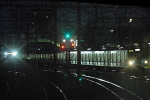 E231のかぶりつきから、上り緩行線203系に追いすがる快速線電車