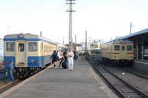 那珂湊駅にてキハ222(旧国鉄色)とキハ2004(準急色)の交換シーン