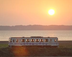 夕日と31列車(KR-501)。(ハーフNDフィルタ0.6ハード・ソフト2枚使用)