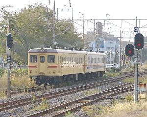 113列車のキハ2004(準急色)とキハ2005の2連