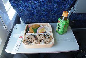 鈴木屋の「愛さい(A)」を只グリーン車で食す。