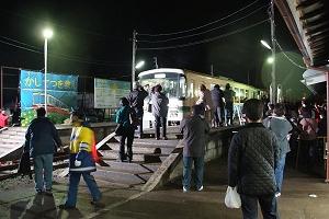 鉾田駅を後にする上り最終列車(3/31)。