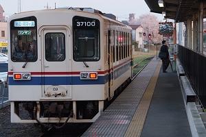 勝田駅1番線に停車中の阿字ヶ浦行き141列車(キハ37100-03)