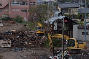 解体作業中の石岡の機関庫。煙り抜きをもつ構造も貴重なものなのですが。
