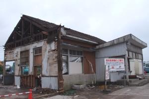 解体作業中の鉾田駅舎(6/10)。待合室部分は既に無い。