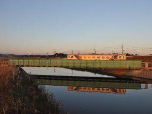 夕日を浴びて中丸川橋梁を渡るキハ223(全然絵になりません)