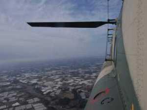 北緯36度14.11分、東経140度31.95分の鉾田市遠坪上空、高度海抜497mにおいてCH-47Jの進行方向右側側面の半球形観測窓から右後方を撮影