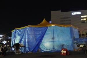 設営の終わった『月虹舎』のシンボル黄色いテント